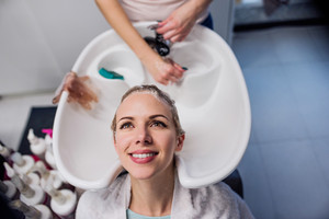 graphicstock-unrecognizable-professional-hairdresser-washing-hair-to-her-beautiful-client-young-woman-in-a-hair-salon_SdhVDSrfb_thumb